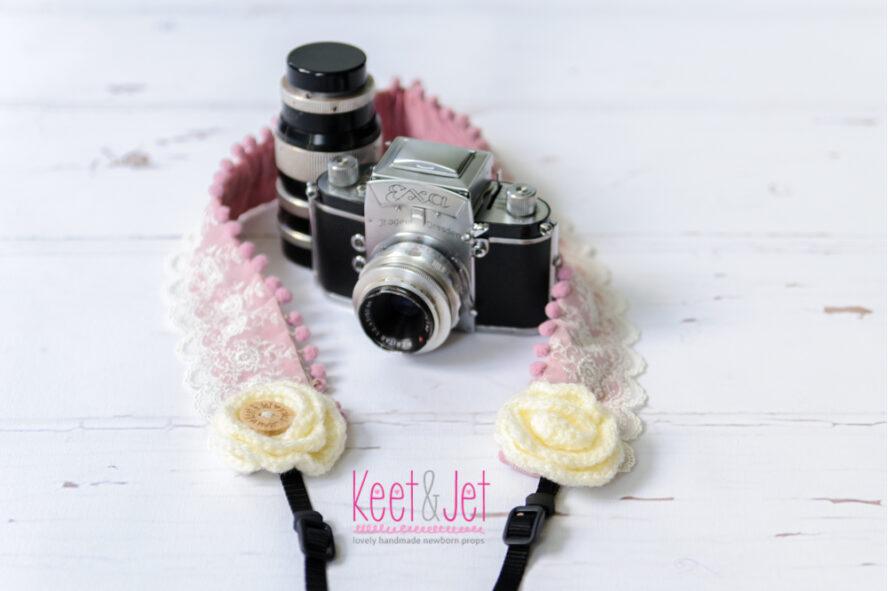 Camera strap oud roze kant pompoms