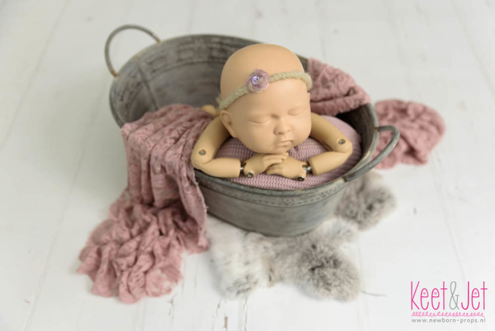 Oefenbaby huren om te oefenen met poseren in props